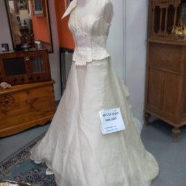 Abiti Sposa ! Disponiamo di un ventina di abiti da sposa artigianali, non usati, proveniente da un atelier. La vendita si può effettuare o singolarmente o in blocco. PREZZI STRACCIATI