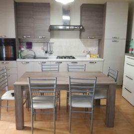Cucina moderna come nuova con tavolo e sedie