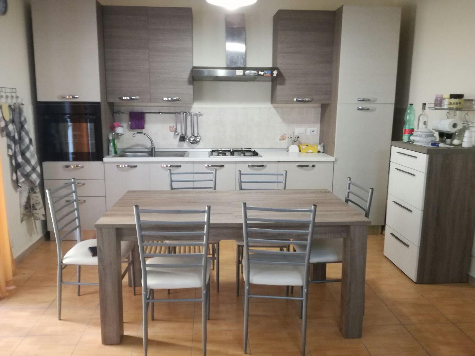 Cucina moderna come nuova con tavolo e sedie - Mimmo Professionista ...